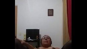 Мускулистый парень в маскарадной маске приносит в рот и пердолит пышную зазнобу на кроватки перед вебкой