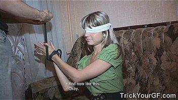 Негр имеет на диванчика отеля шлюху-блондинку с тату и пирсингом