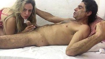 Зрелая брюнетка сняла одежду и провела отсос члена перед вебкамерой