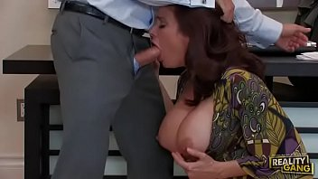 Американка с упругой попочкой мастурбирует перед свианием и сексом