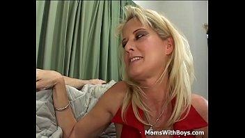 Блондинка в лифчике пердолит партнершу секс забавками у окна