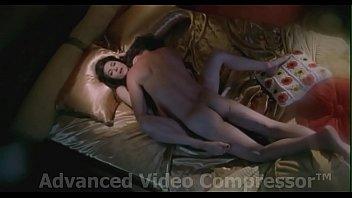 Молодая брюнетка джина в красивом купальнике дала молодчику на диванчике