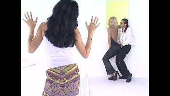 Парнишка по очереди трахает красоток в нижнем одежду
