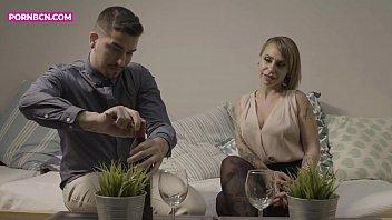Русская шлюха-домохозяйка доводит молодого человека до струйного оргазма ножками