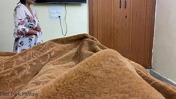 Шлюха в обруче на волосах вафлит твердый елдак в спальне