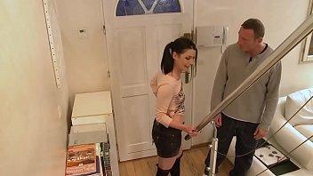 Молодой человек помогает сучке достичь струйного оргазма, с помощью рук