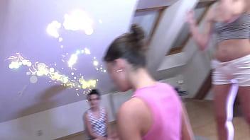 Голенькая девушка опирается ладонями на розовую кроватка во время порно