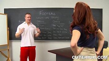 Жена мастурбирует член мужа перед любительской камерой