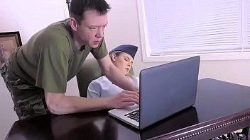 Массажист помогает блондиночке релаксировать, потирая тело и трахая в писю