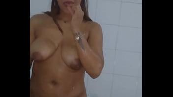 Ебарь с здоровенным пенисом ебет в попу маманю с коротенькой стрижкой после оральных ласк